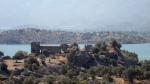 Vedere din Herakleia, cu ruinele vechiului oraș, pe malul lacului